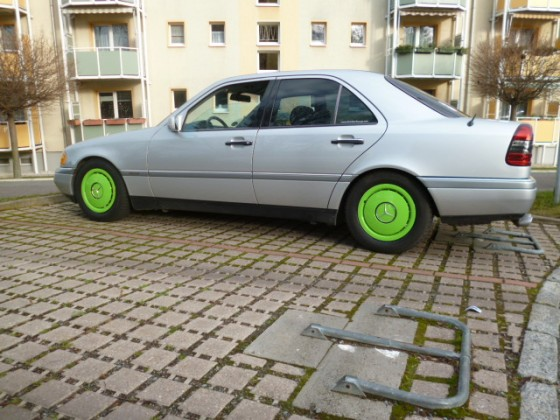 W124 neongrüne Radkappen rundum verbaut