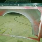 Kotflügel rechts - nach dem Nacharbeiten beim Sandstrahlen grundiert und neuer U-Bodenschutz